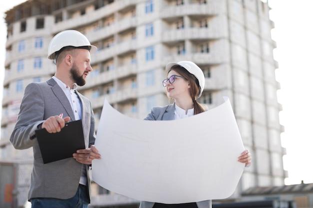 2人の建築家が建築プロジェクトで建築プロジェクトに一緒に取り組んで