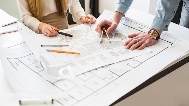 직장에서 새로운 프로젝트를 계획하는 두 건축가