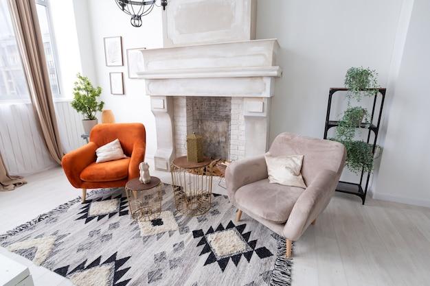 Два кресла у камина в современной квартире