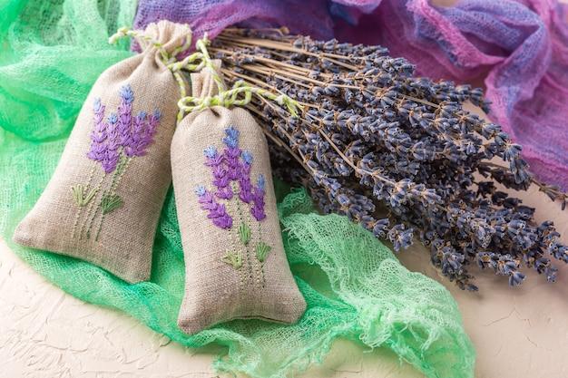 乾燥ラベンダーと乾燥ラベンダーの花束で満たされた2つの芳香の刺繍された小袋