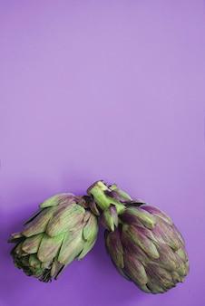 紫色の表面に2つのアーティチョーク。