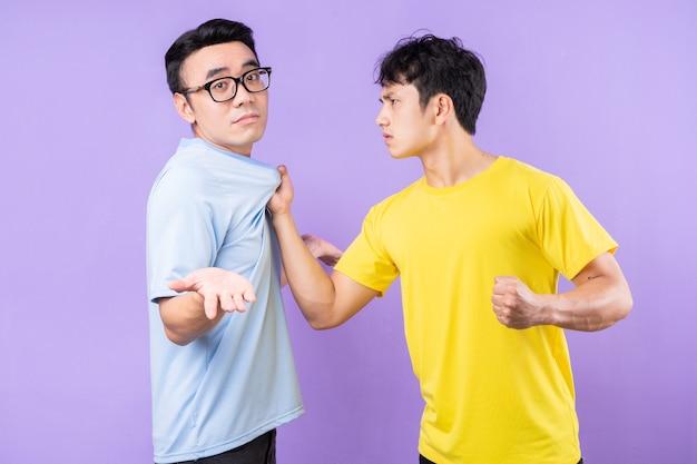 서로 말다툼을 하는 두 아시아 형제