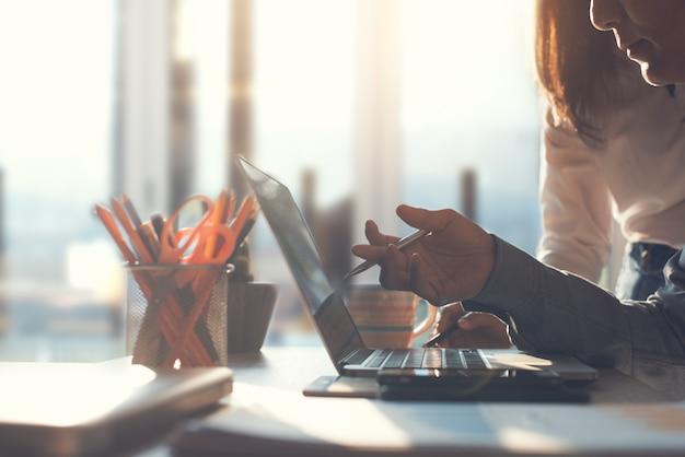 Две азиатские бизнес-команды вместе работают в офисе