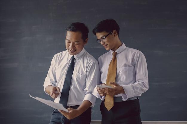 ビジネス会議中に話し合うシャツとネクタイの2人のアジア人ビジネスマン