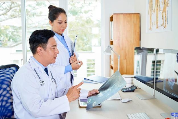 두 아시아 의사 coworking