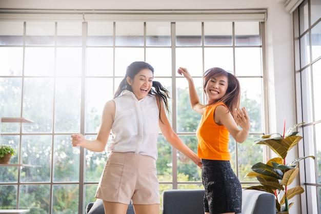 집에서 거실에서 춤을 두 아시아 여자 친구