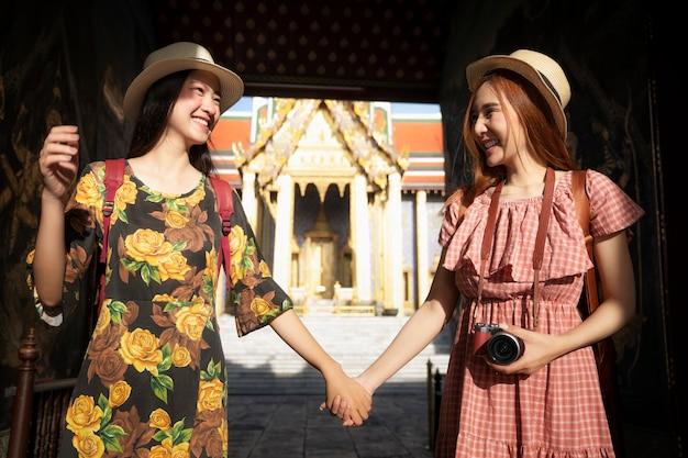旅行2つのアジアのガールフレンド