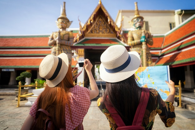 Две азиатские подружки путешествуют