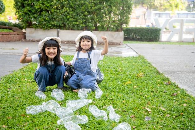 두 아시아 소녀는 재활용할 별도의 쓰레기입니다