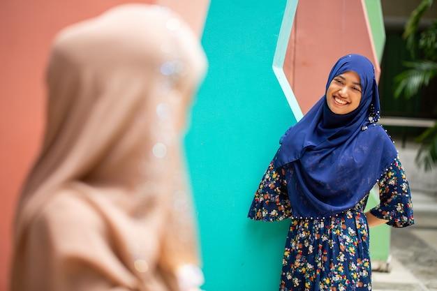 정원에서 두 아시아 이슬람의 행복과 미소.