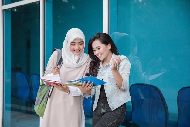 キャンパスで勉強している2つのアジアの学生