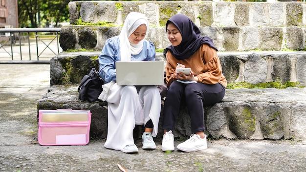 두 아시아 여자 학생 친구 논의