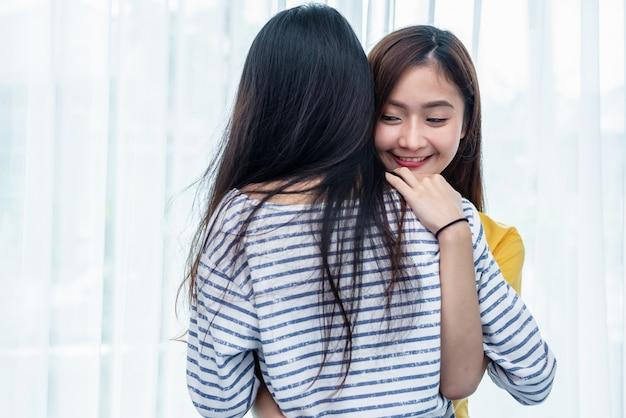 2人のアジアの女性が寝室で一緒に抱き合っています。カップルの人々と美容の概念