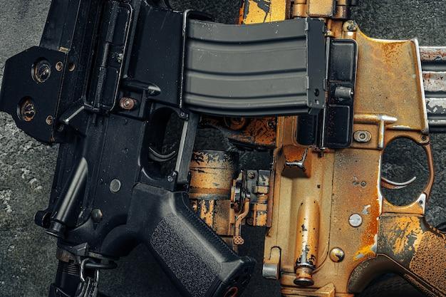 暗い背景に対して2つの突撃ライフルをクローズアップ