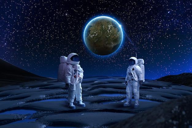 세계 배경으로 바위 표면에 두 우주 비행사 우주 비행사의 이미지