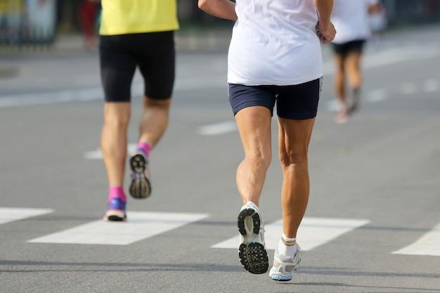 마라톤 거리에서 두 선수 주자입니다. 스포츠와 승리