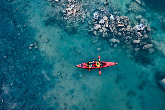 두 운동 남자 강에 빨간 보트에 수레