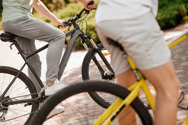 午前中に自転車に乗る2人の運動選手