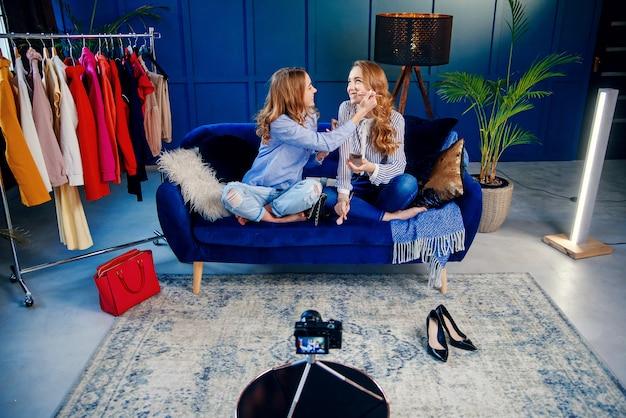 Два привлекательных молодая женщина, запись красоты видео с использованием профессиональной камеры.