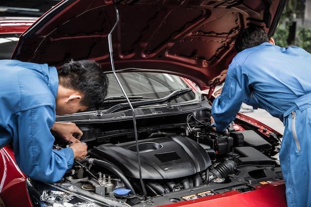 車のサービスとメンテナンスを行う2つの自動車整備士。