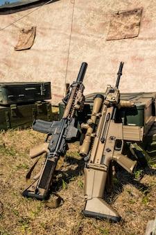군사 기지, 군사 캠핑에서 금속 가방에 기대어 두 개의 자동 소총