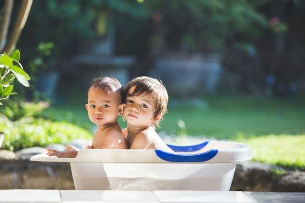 一緒にお風呂に入る2人の赤ちゃん