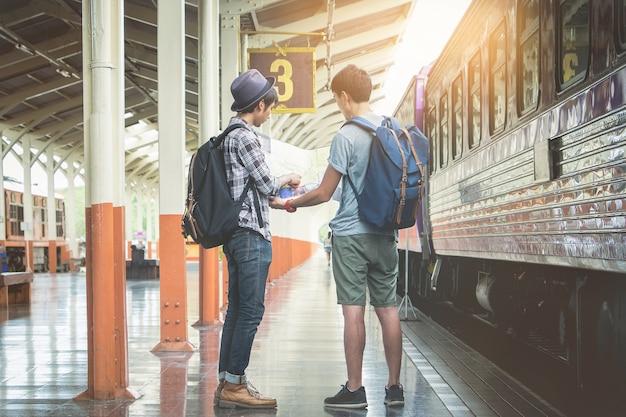 기차역에서 두 배낭과 모자와 여행 계획에 대한지도를 찾고. 여행 컨셉입니다.