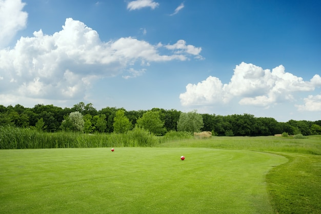 ゴルフコースに2つのボール、誰もいない