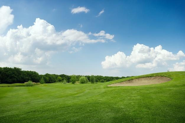 緑のゴルフコースで2つのボール、誰も