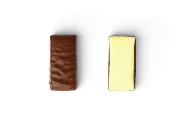 흰색 배경에 분리된 초콜릿 과자에 바나나 수플레 두 개.
