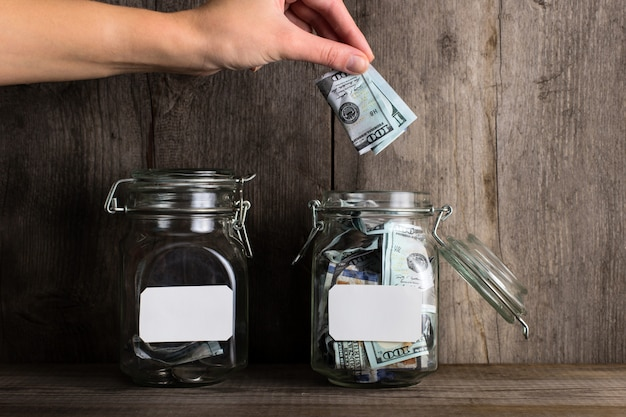 異なる金額の貯金箱の2つの銀行