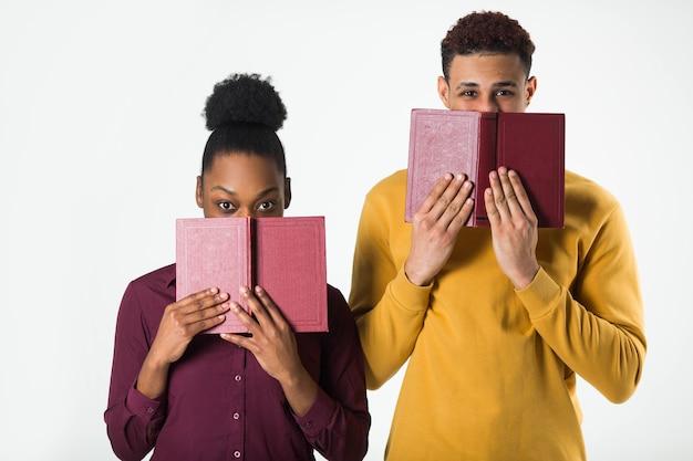 本を持つ2人の美しいアフリカ人男性と女性