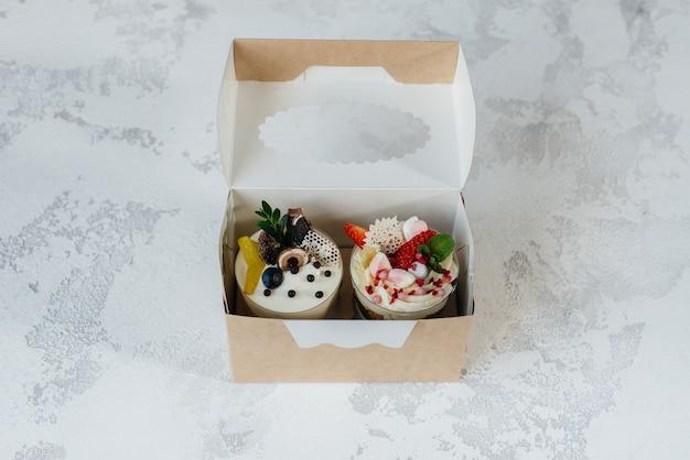 ギフトボックスに美しくておいしい2つのトライフルケーキ。デザート、健康食品。