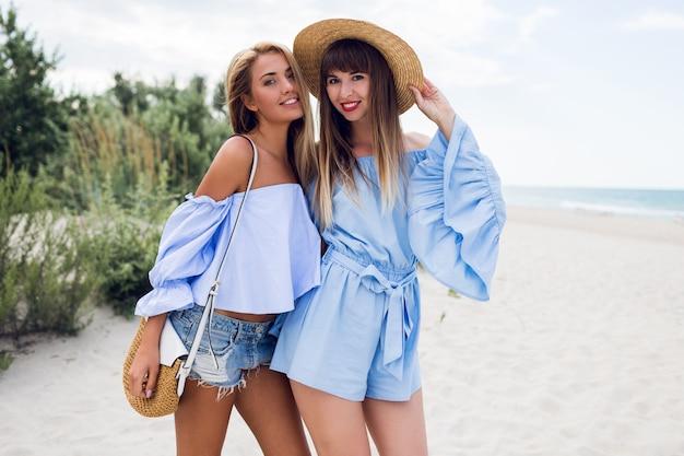 Две красивые блондинки на пляже