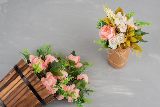 灰色の表面に花の2つの美しい花束
