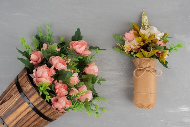 灰色の表面に花の2つの美しい花束。