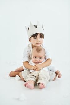 두 아름다운 형제는 흰색 배경에 놓여