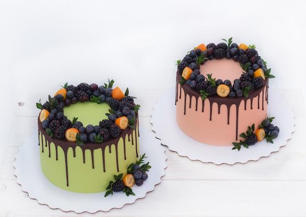 ブラックベリーとブルーベリーの2つの美しいケーキ