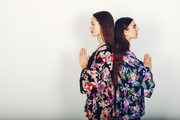 Две красивые девушки в студии
