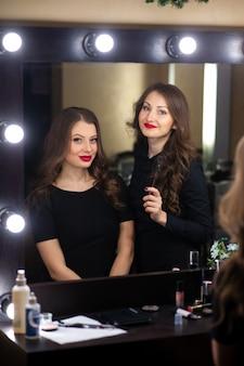 2人の美しい女の子が鏡を見る