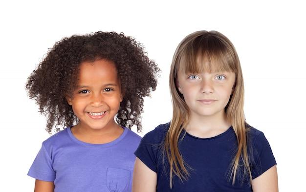 白いスペースに分離されたカメラを見てさまざまな人種の2つの美しい女の子