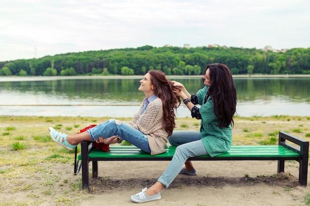 함께 시간을 즐기고 머리를 만드는 동안 편안한 두 아름다운 소녀