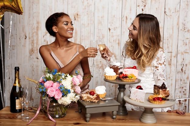パーティーで休んでいる2人の美しい女の子。