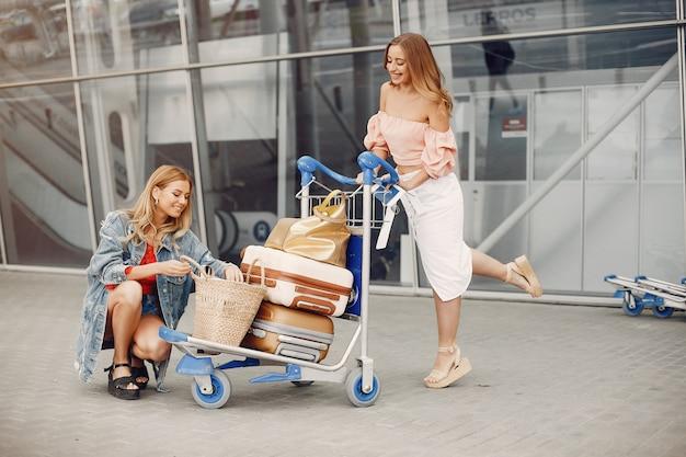 공항에 의해 서 두 아름 다운 여자