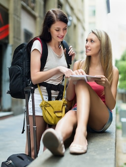 지도 함께 두 명의 아름 다운 여자