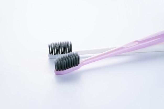 Две красивые разноцветные зубные щетки с черными щитками