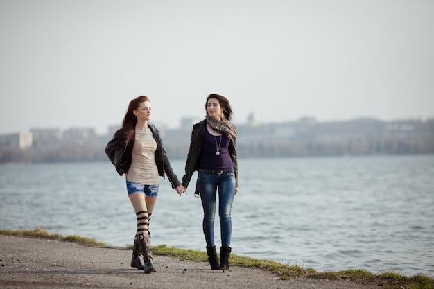 一緒に歩いている2人の美しい10代の学生