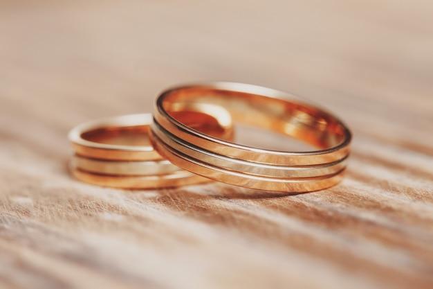 木製のテーブルに2つの美しい結婚指輪