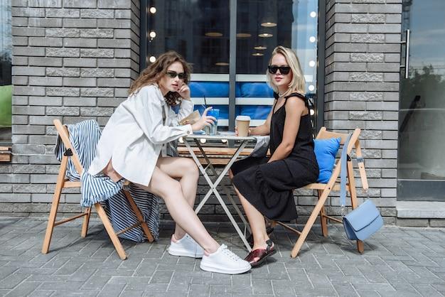 테이블에 있는 레스토랑에서 두 명의 아름다운 여성