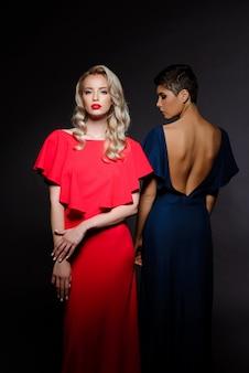 이브닝 드레스 포즈에서 두 아름 다운 여자